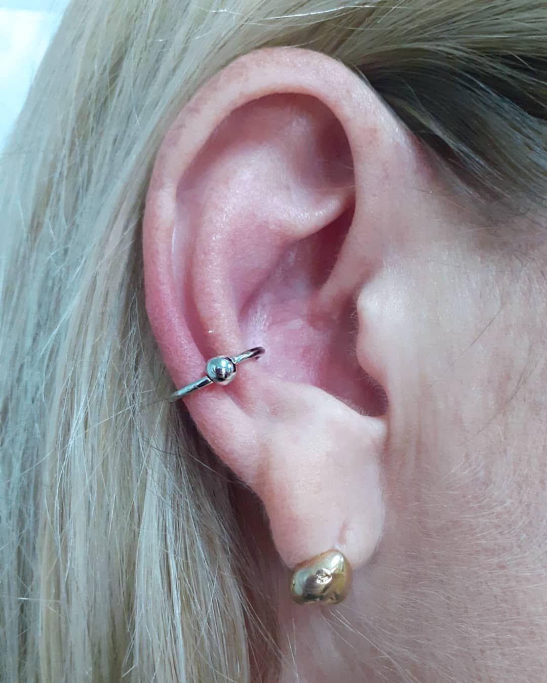 A ganhadora @lookbruna do nosso sorteio presenteou a mãe @renataguimaraesdebarros com a perfuração com jóia e a escolha foi muito bem feita! Lindo conch com jóia captive 12mm em aço cirúrgico ♥️ . . . . . . . . . . . . . . #piercing #piercings #tattoo #piercinggoiania #tatuador #tatuagens #tatuagensfemininas #tatuagensmasculinas #tatuagensdelicadas #modagoiania #goiania #tattooing #tattooed #tattoostyle #tattoo2me #tattooer #tattoodo #piercingaddict #piercingstudio #piercinglove #piercingsofinst