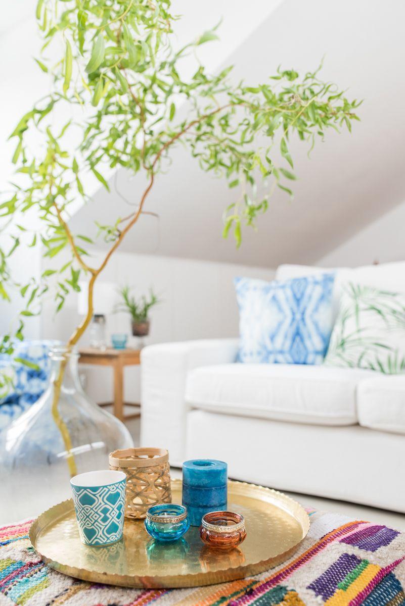 Sommerliche Einrichtung mit Deko im Wohnzimmer mit bunten Farben und ...
