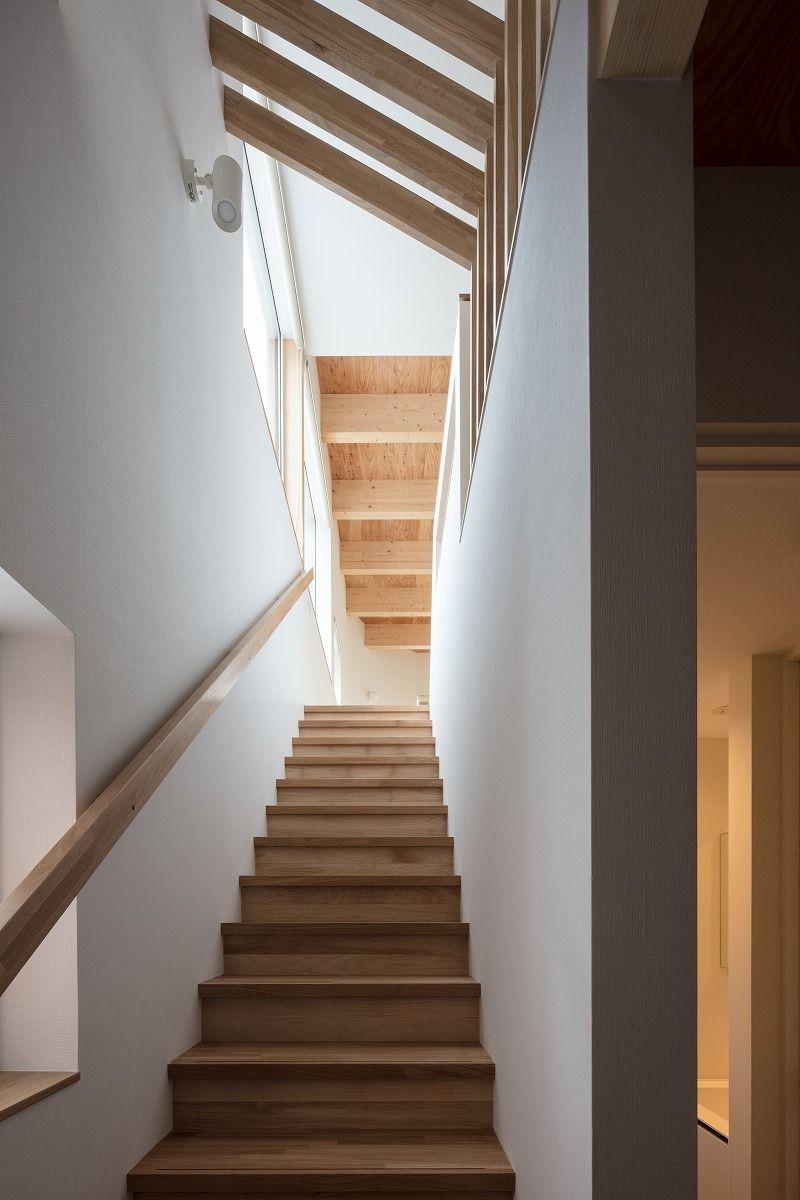 階段見上げ 目線の先に2階天井梁表し ルーバー 階段のピッチが呼応