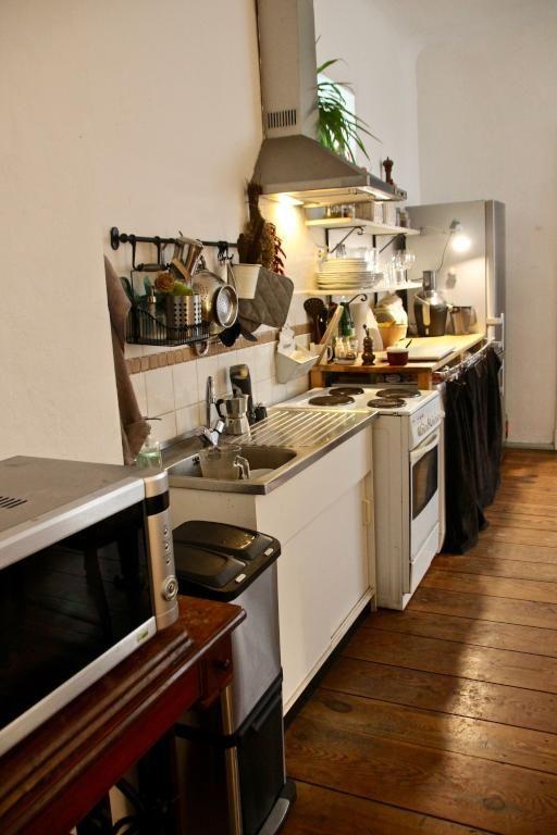 Schöne helle Altbauküche mit Dielenboden #Einrichtungsinspiration - holzdielen in der küche