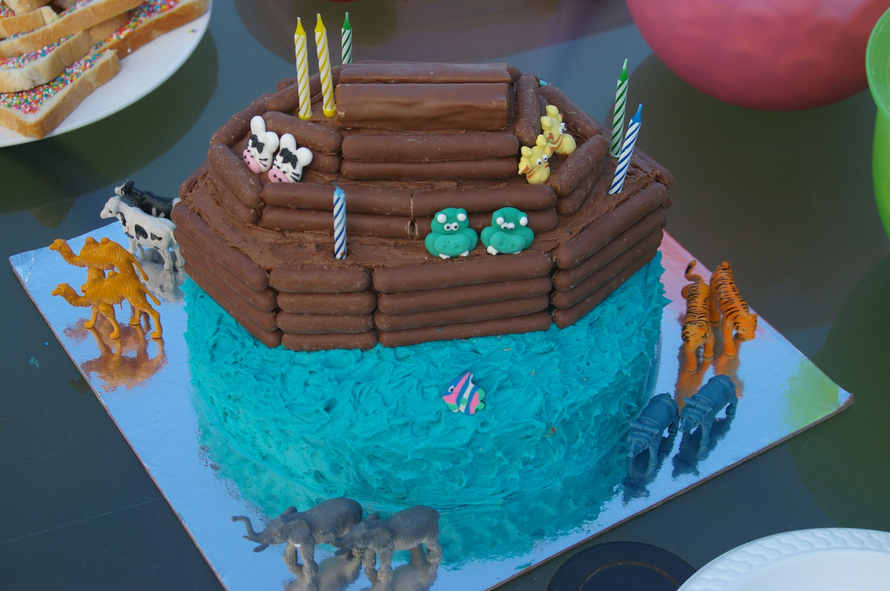 Ark Kuchen Easy Noah S Ark Cake Uses Chocolate Stick Biscuits To Build The