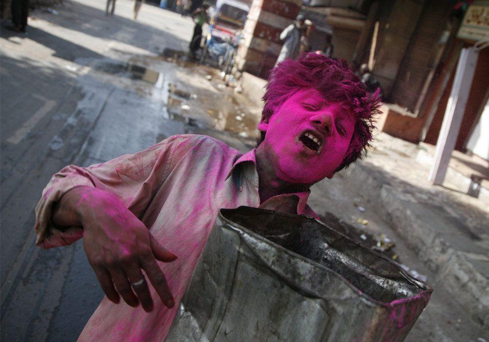 Holi, la fête des couleurs    http://pictographe.blogspot.fr/2011/02/holi-la-fete-des-couleurs.html