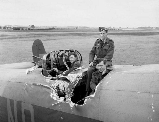 """Aircraft - Ce bombardier """"Halifax"""" a été traversé en plein vol par une bombe lâchée depuis un autre bombardier."""