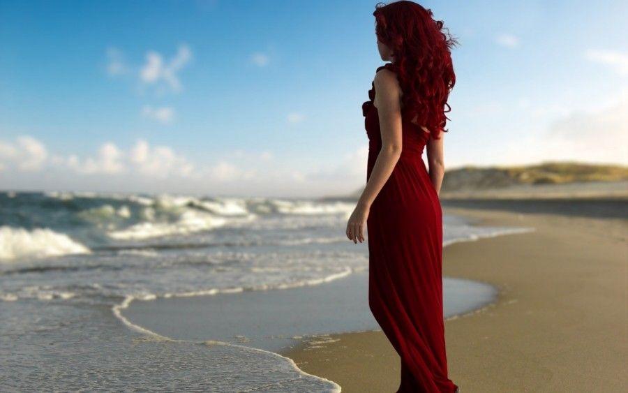 рыжая девушка на пляже фото со спины