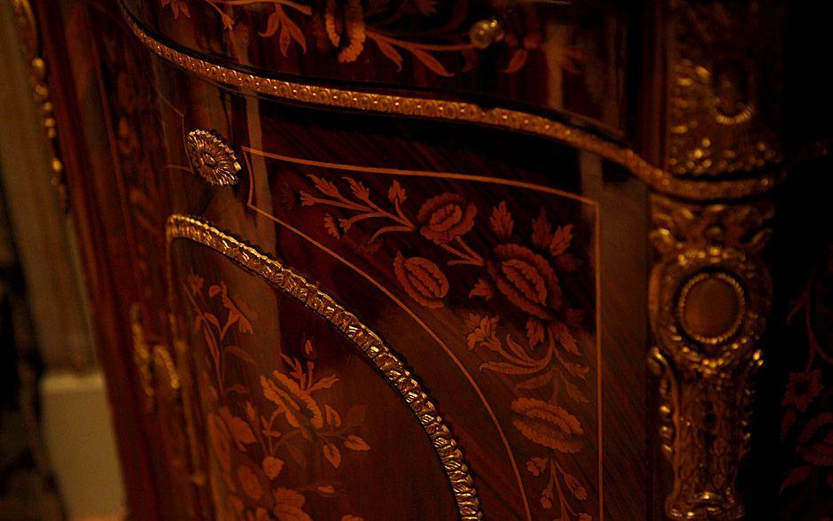 Luxo e elegância! Veja cada detalhe da decoração da casa de ex-baronesa Constância -  O armário antigo, em madeira de lei, é uma das peças mais valiosas da casa