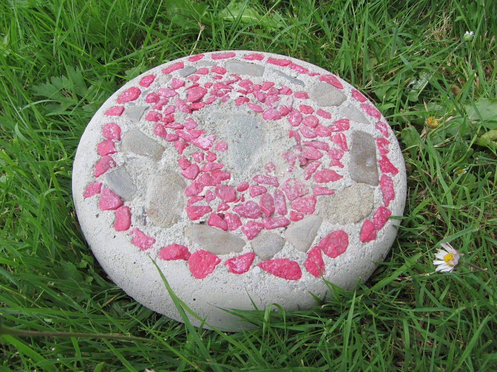 """Ozdoba zahrady Okrasný , dekorační kámen do zahrady. Můžete jej vsadit do chodníku, skalky nebo jako dekoraci kdekoliv na vaší zahradě. Je vyroben z betonu, barevných kamínků a přírodních kamenů. Průměr kamene je 19cm. Váha1,70kg. Aby výrobek k Vám došel nepoškozen, vyžaduje příplatek k pošovnému, 30Kč kvůli označení """"křehké""""."""