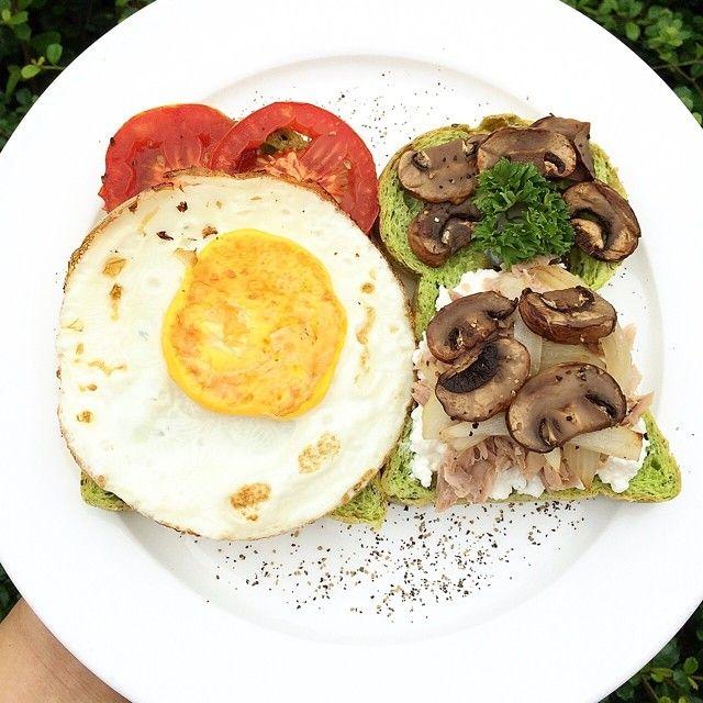 ขนมปังโฮลวีตผักโขม ทาคอตเตจชีสเพิ่มโปรตีน เห็ดแชมปิญองกับหอมใหญ่ย่าง ใส่เกลือพริกไทยดำเล็กน้อย ทูน่า ไข่ดาว 1 ฟอง และมะเขือเทศย่าง  เช้านี้ไม่มีแดดเลย ลมเย็นๆ อยากนอนต่อจิงๆ #Padgram