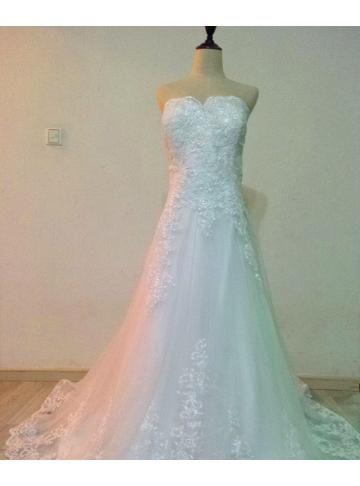 modificeret A-line blonder over tyl brudekjole med blonder ...