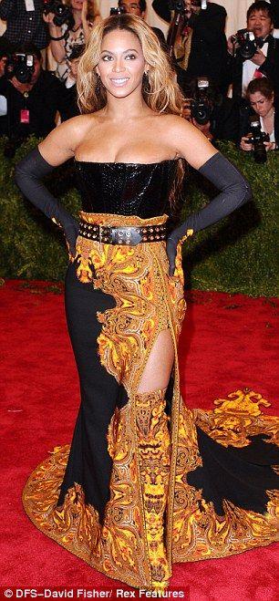Beyoncé lució un impresionante traje largo de Givenchy combinado con joyas de Lorraine Schwartz.
