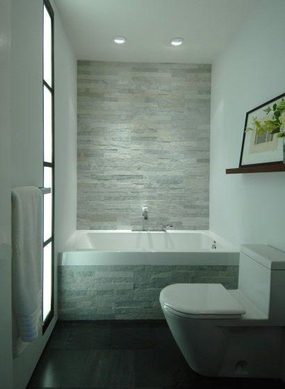 een donkere vloer in combinatie met lichte stenen creëren een, Badkamer