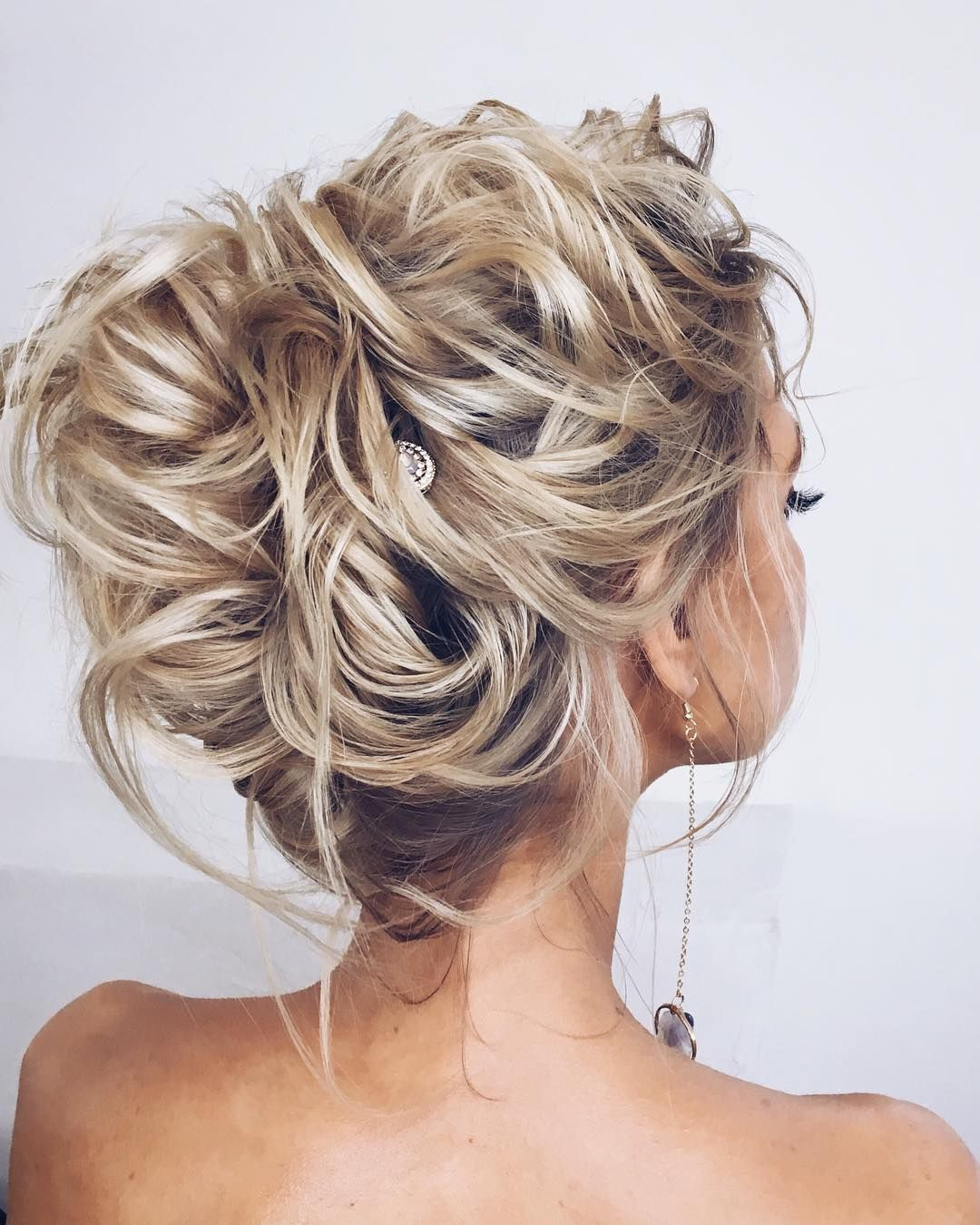 87 Fabulous Wedding Hairstyles For Every Wedding Dress Neckline Messy Hairstyles Strapless Dress Hairstyles Bride Hairstyles