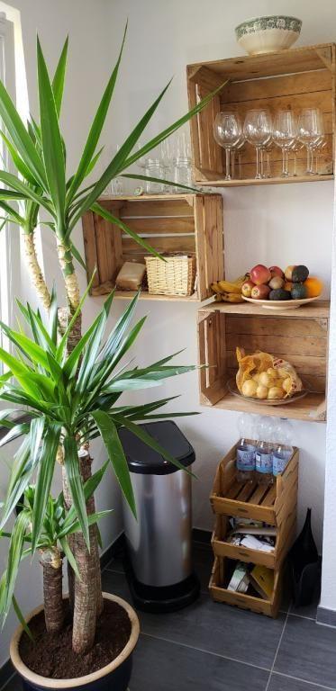 Schöne Aufbewahrungs-Idee für die Küche. Die Holzkisten sorgen für mehr Plat #kücheideeneinrichtung