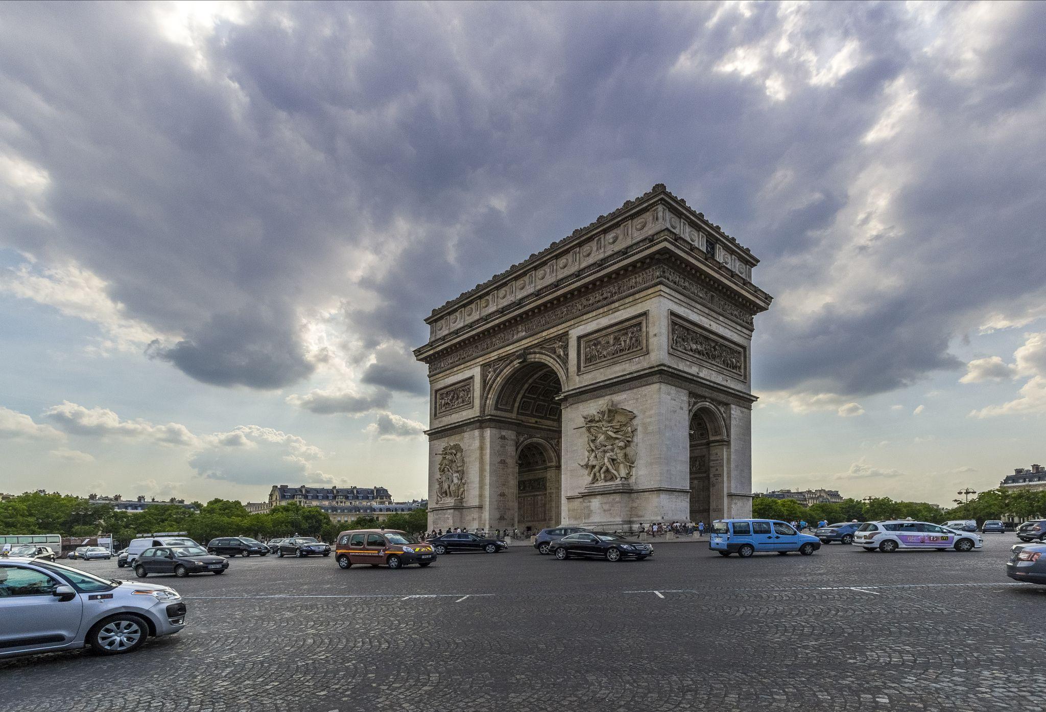 Arc De Triomphe 11 - a daytime picture of the Arc De Triomphe in Paris, France