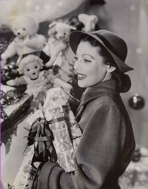Loretta Young looking positively gorgeous as she goes about her (likely studio staged) holiday shopping. The Bishops Wife
