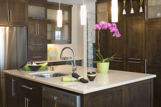 armoires de cuisine de style contemporain l ilot et la totalite de la cuisine ont ete realise en merisier le tout est harmonise avec un comptoir de quartz