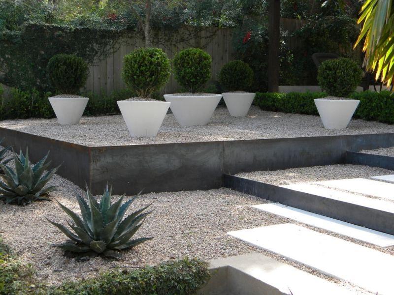 Jardin moderne avec du gravier décoratif, galets et plantes | Urban ...