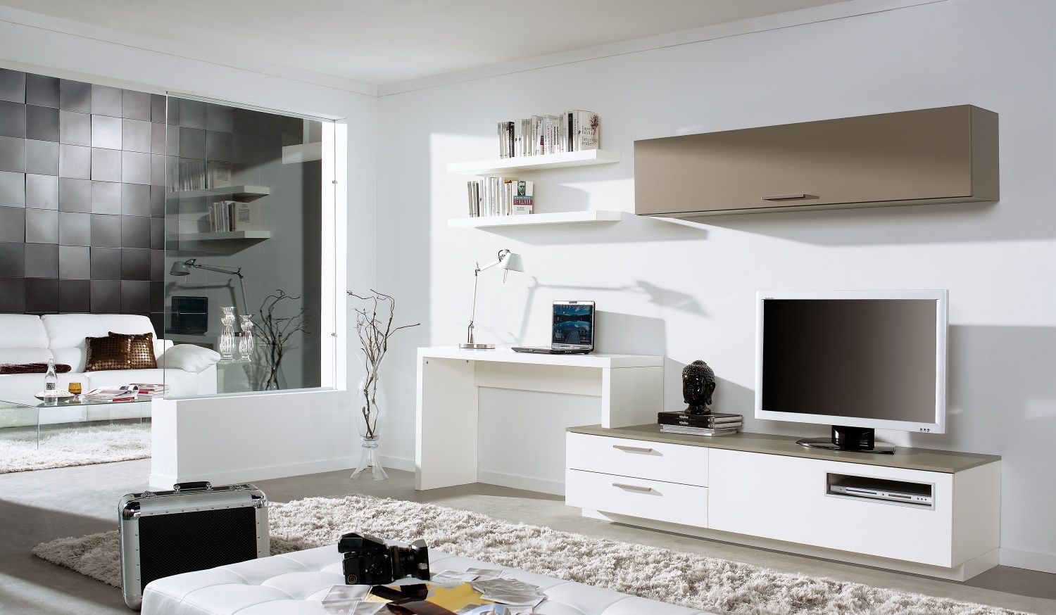 Love the tv / desk and wall mounted unit .. looks as if it\'s all one ...