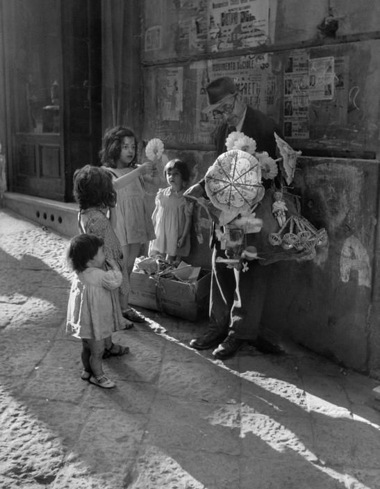David SeymourNaples. 1948