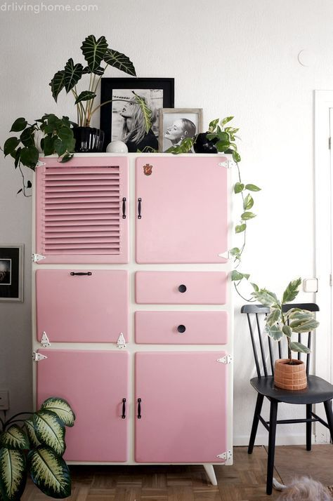 un meuble vintage qui retrouve une seconde jeunesse en rose bonbon it 39 s all in the details. Black Bedroom Furniture Sets. Home Design Ideas