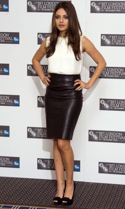 d66f5dc8 Mila Kuni con falda de cuero negra | faldas | Faldas de cuero negras ...