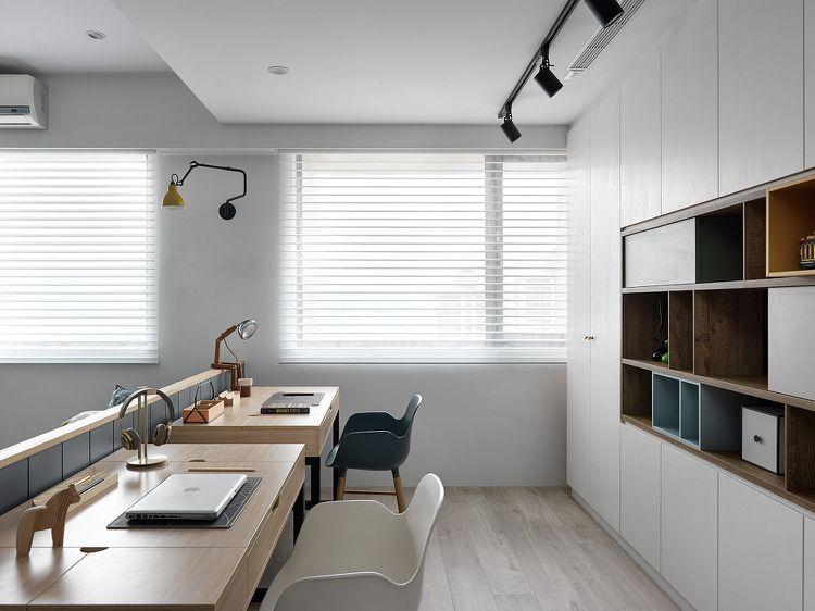 Stauraum Im Arbeitszimmer Eine Grosse Schrankwand Mit Offenen Und Geschlossenen Fachern Wohnzimmer Modern Wohnungsplanung Buroraumgestaltung