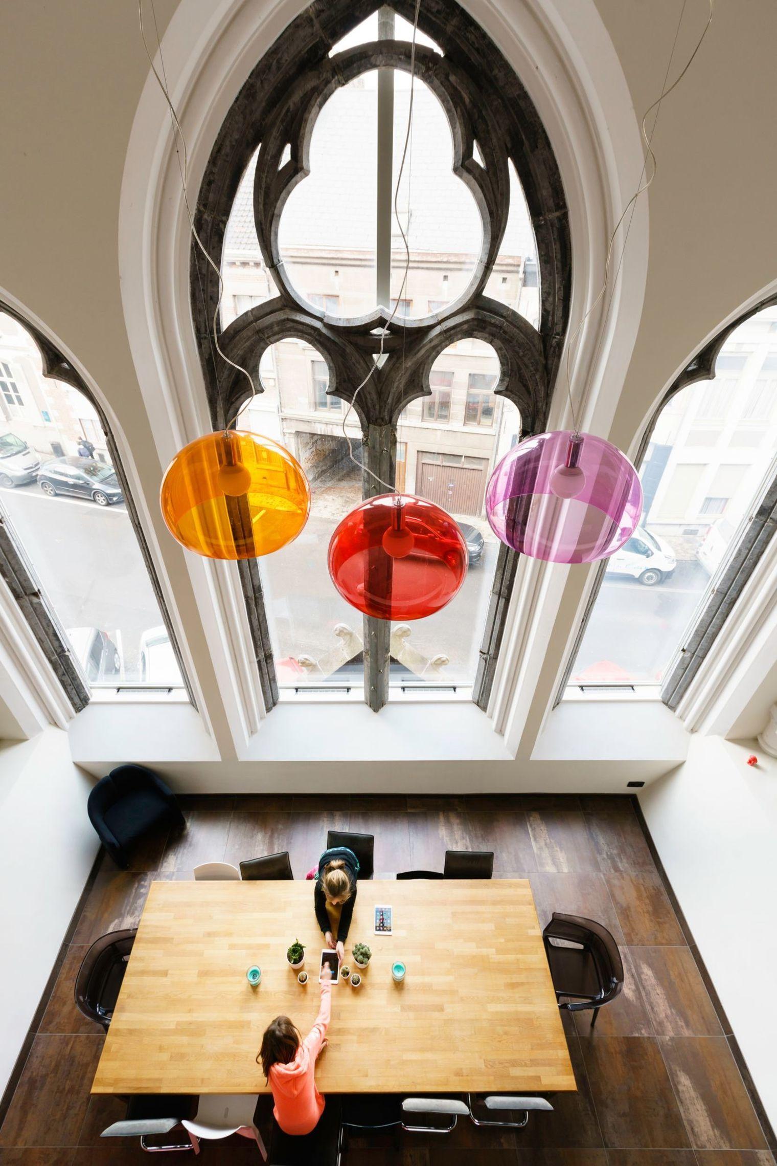 Dans La Cite Belge De Mons Un Couple A Transforme Une Chapelle Abandonnee En Une Habitation Contemporaine Coloree Et Ludique Qua Maison Chapelle Cote Maison