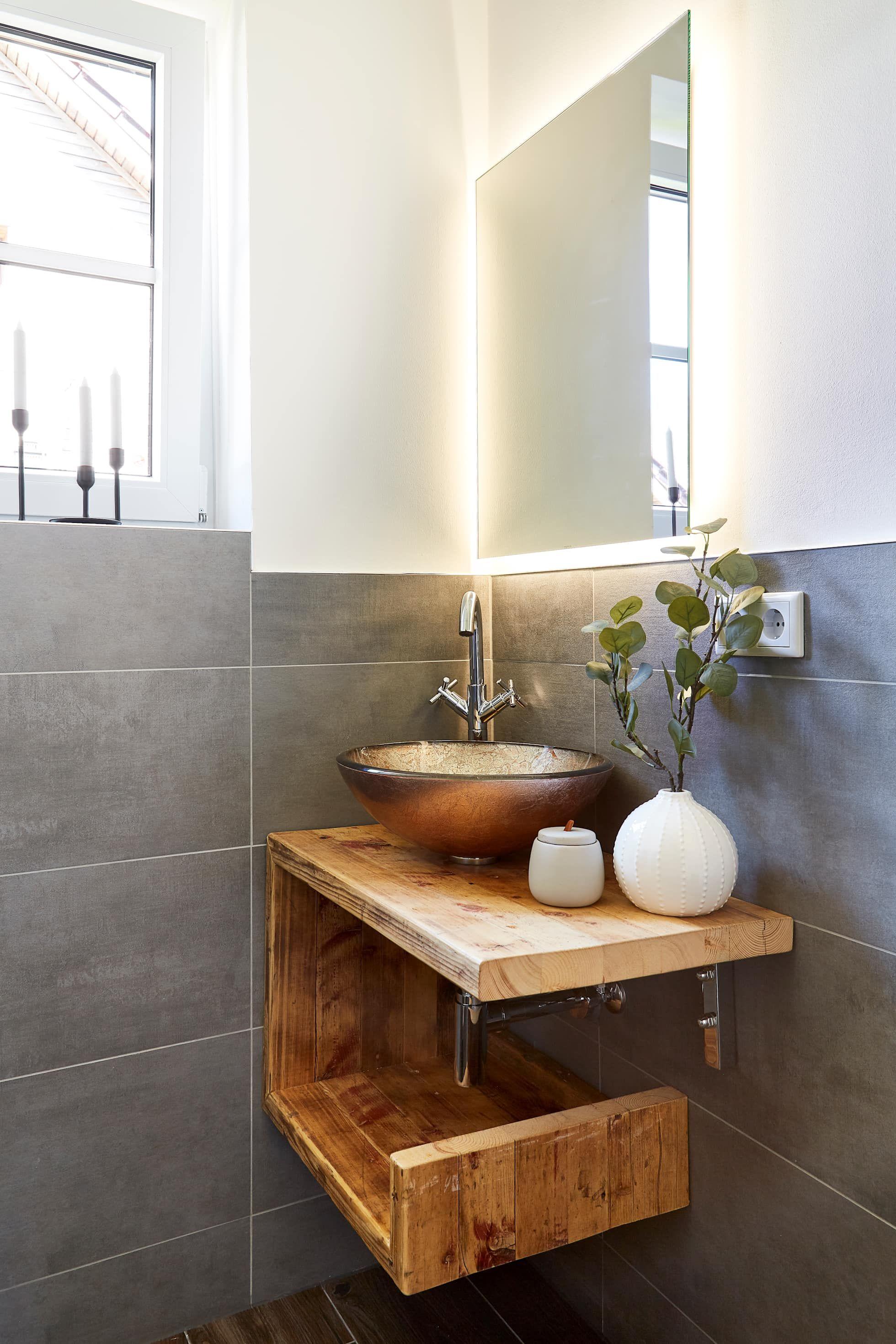 Elegantes badezimmerdekor gästebad im landhausstil moderne badezimmer von banovo gmbh