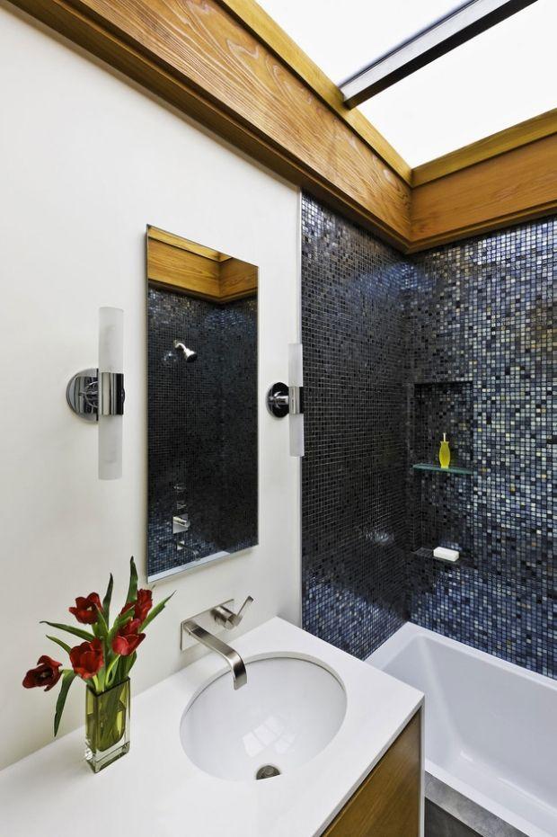 Luxus Bad Schwarze Mosaikfliesen Waschbeckentisch Dekoration Glasvase Blumen
