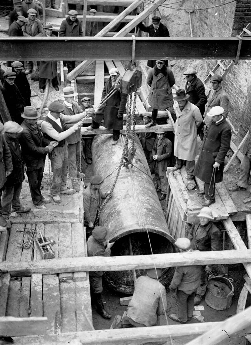 Laying of pipes late 1920s Pipeline welding, Sewage
