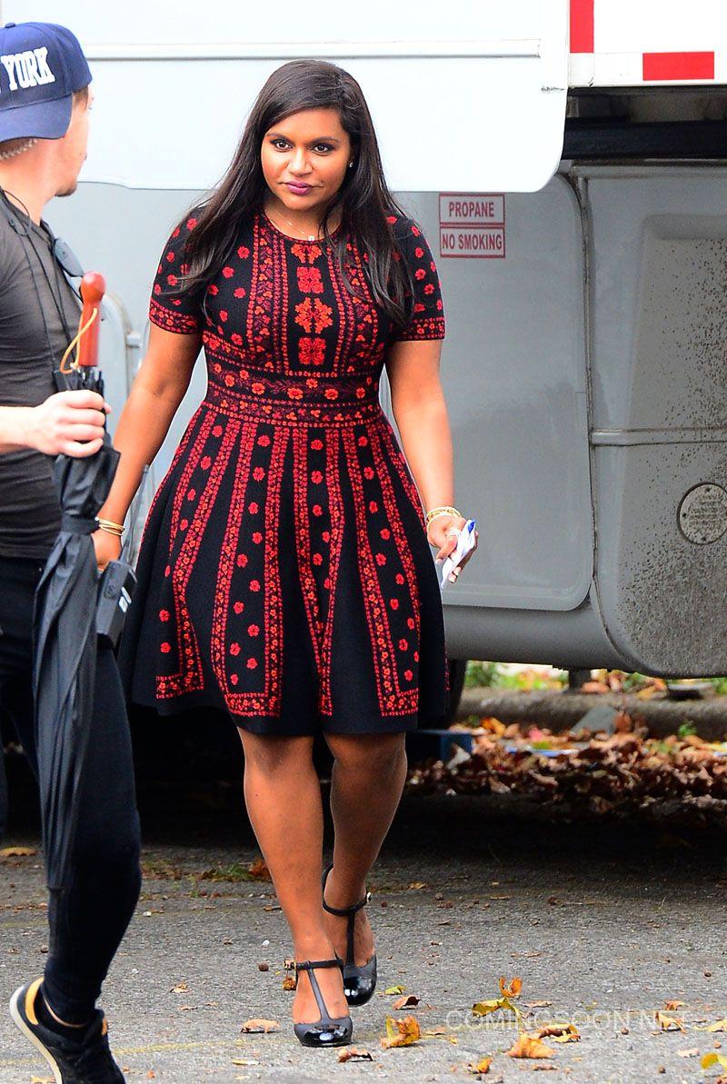 Mindy Kaling Wears An Alexander Mcqueen Dress On The Set Of Ocean S Eight On November 3 2016 Tendencias Femininas Roupas Roupas Plus Size