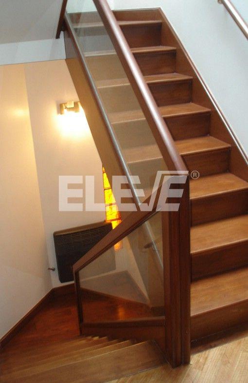 Baranda de escalera de vidrio laminado inserto en un marco de madera vidrios y cristales - Escaleras de madera modernas ...