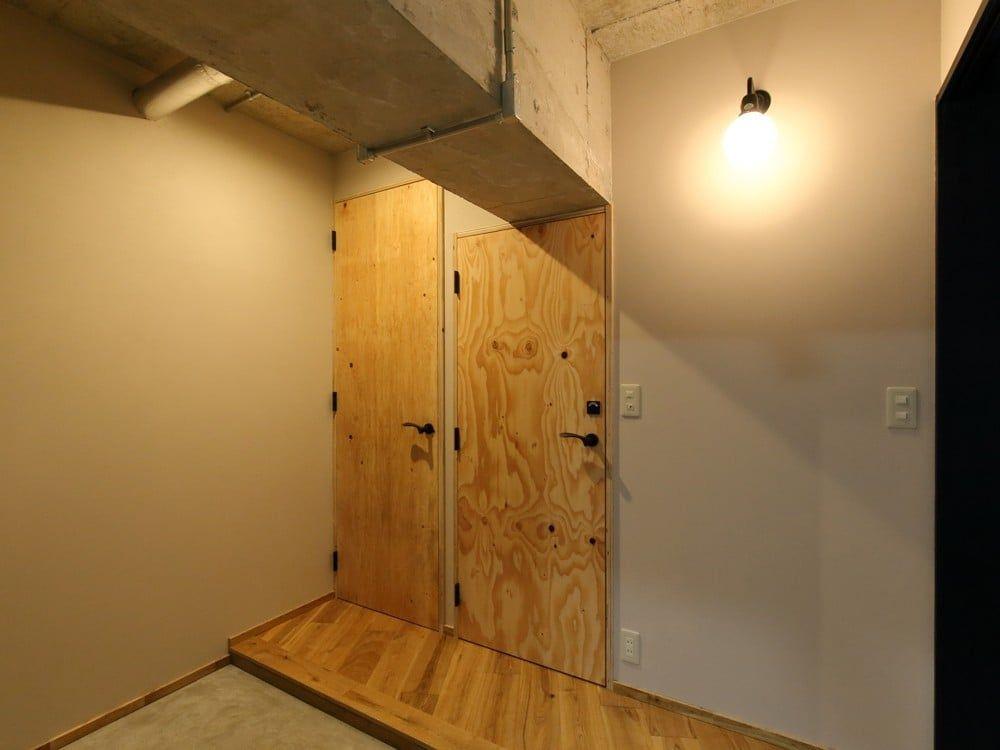 2つ並んだ構造用合板の扉 h Iさんのトイレスペースの扉 戸