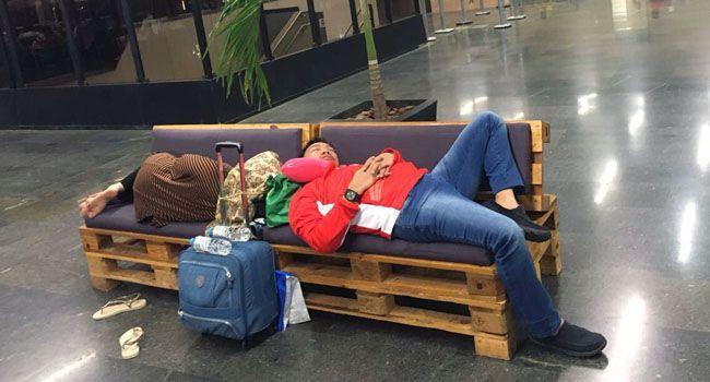 Berita Di Asia: Tak Jaim Menpora dan Istri Tidur Sekursi di Ruang Tunggu Bandara-JPNN.com