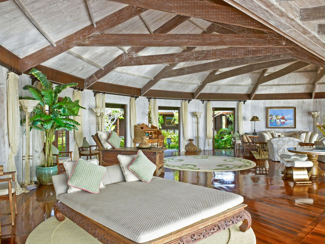 Séjour de forme ronde et originale de la villa de vacances au design bien « tropical »