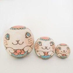 ネコのマトリョーシカ(卵型3つ組)材料:白木技法:焼き絵、色付け、ニス仕上げ大きさ:高さ6cm×横6cm×奥行6cm箱付き(外装パッケージはいしていません)『動物ハンドメイド2016』