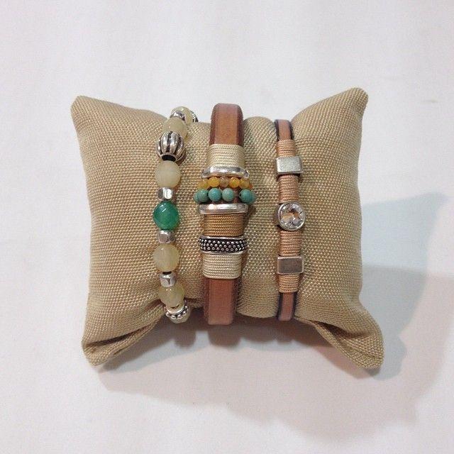 Dale un toque alegre a tus looks con una combinación de pulseras con color. Nosotros te proponemos ésta.