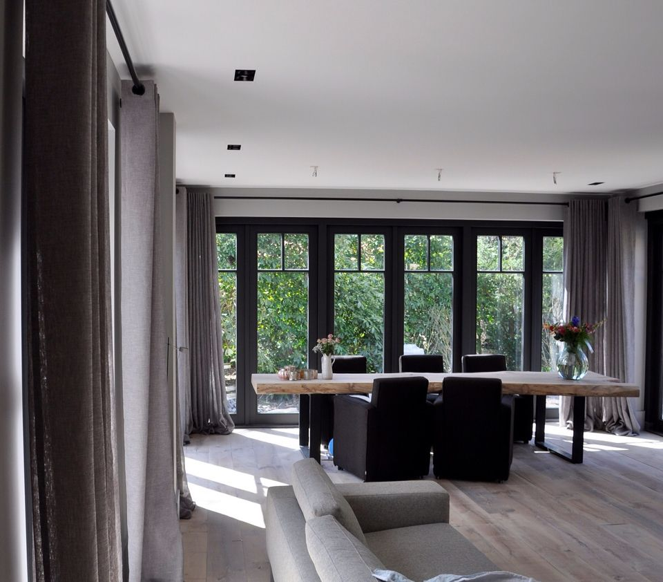 Oversized gordijnen in luxe linnenkwaliteit op mat zwarte for Decoration interieur villa luxe