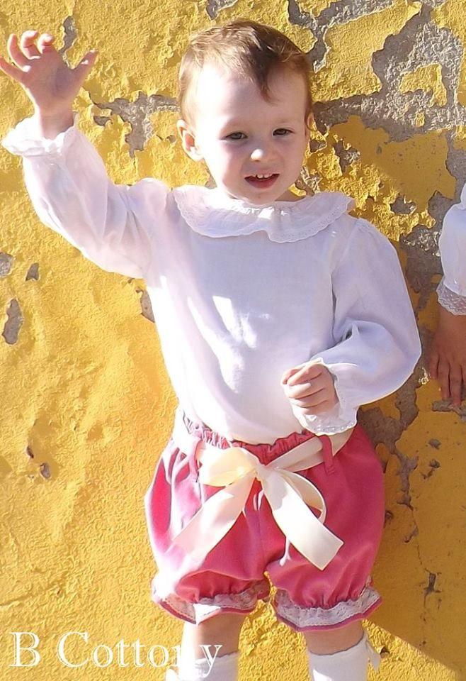 Camisa de vaiela branca com bordado Inglês e calções cor de rosa de veludo cotelê com renda de algodão crua - White vyella cotton shirt and pink corduroy shorts with ecru cotton lace