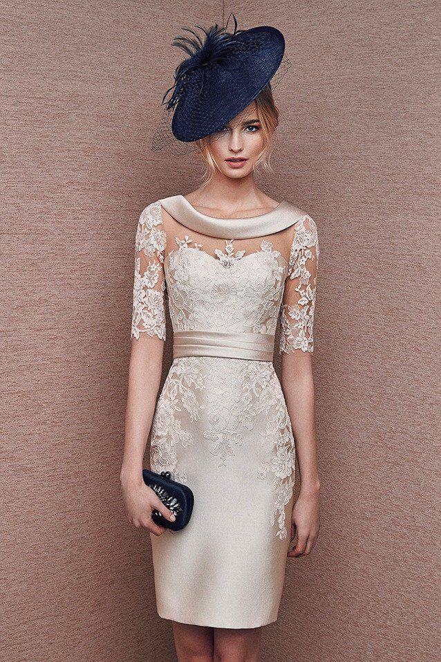 c97952ab1 Vestido corto de madrina color crema con manga confeccionado en mikado y  encaje. Efecto tatuaje. Ideal para madrina de boda. Combínalo con tocado  azul y ...