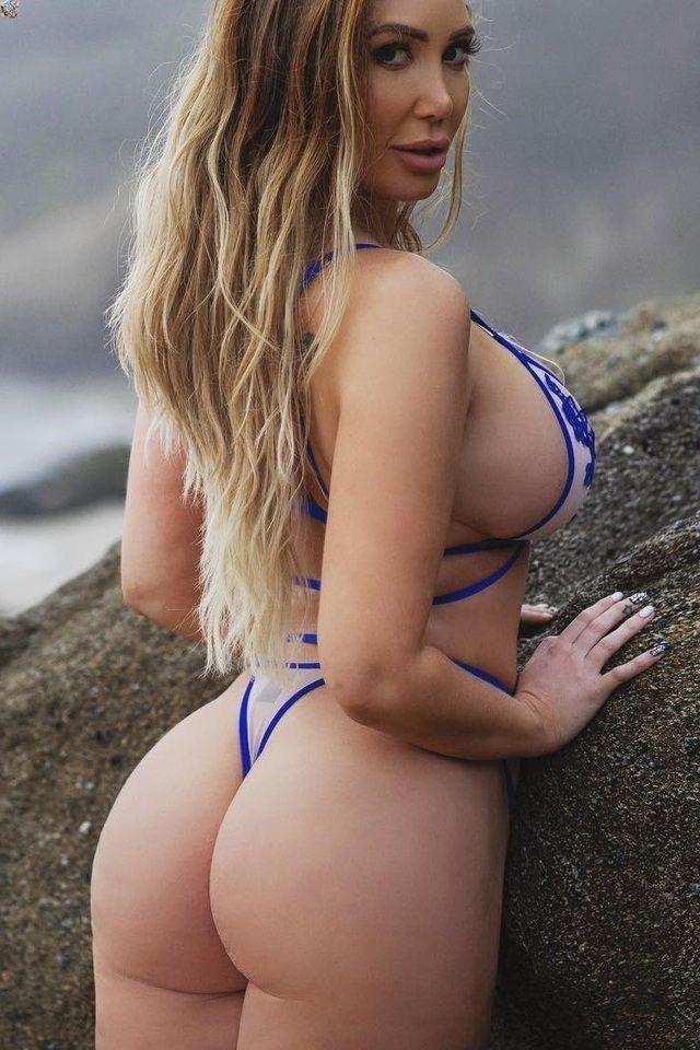 Curvy in micro bikini