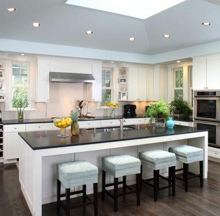 Vier Weiße Hocker In Einer Küche Mit Kochinsel