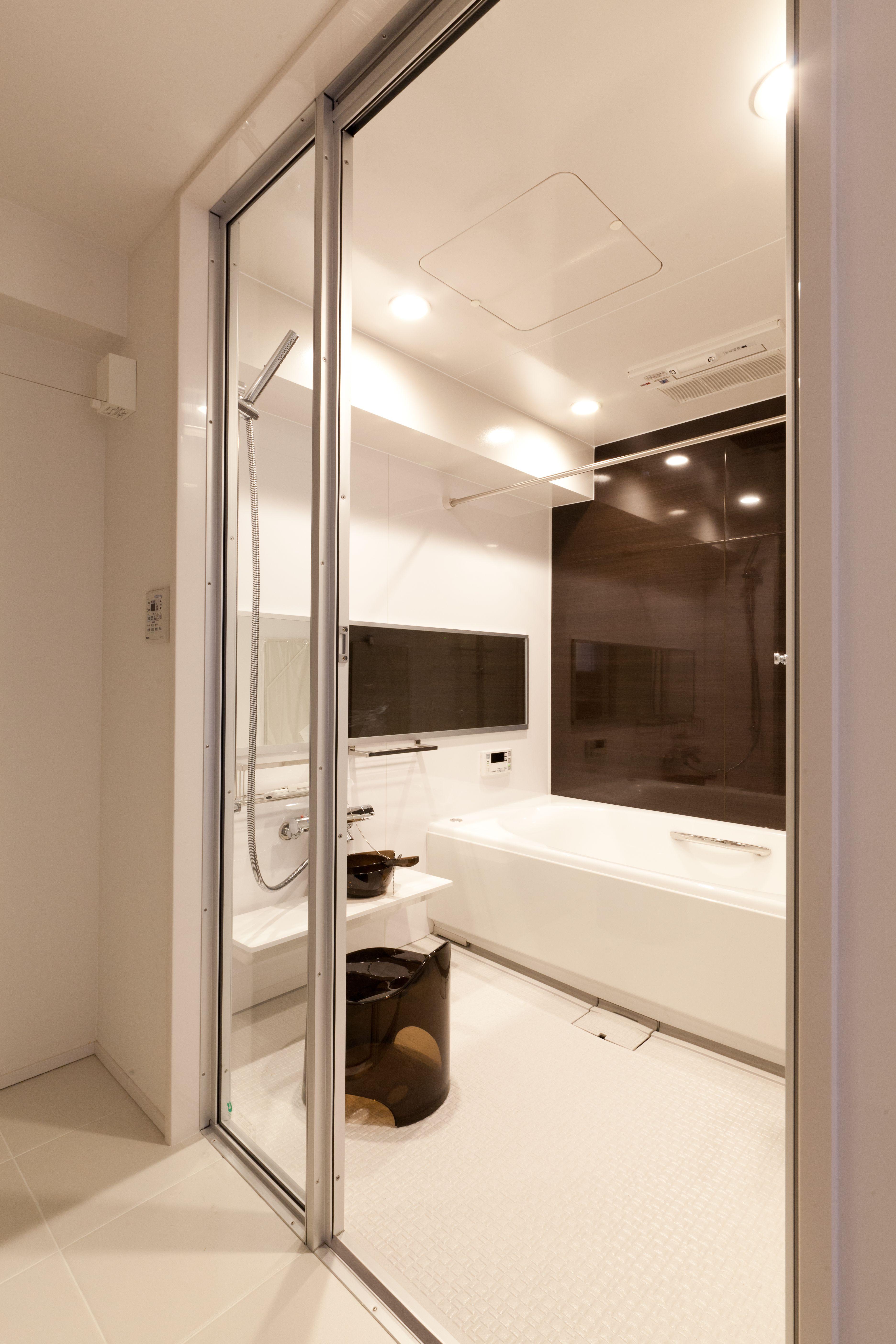 ガラスを多用して高級感のあるユニットバス ユニットバス マンションリノベーション リノベーション 中古リノベ リノベ リフォーム お風呂 浴室 ガラス張り インテリア シンプル Ub Bathroom Mansionrenovation 家 リフォーム リノベーション