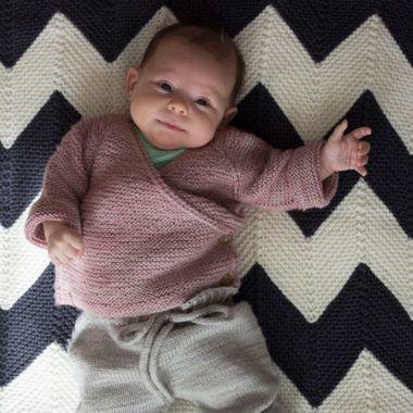 Eine kuschelige Wickeljacke für Babys stricken #crochetbabycardigan