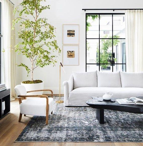 Geräumiges und komfortables Wohnzimmer zum Dekorieren von ...