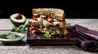 Ostesmørbrød med smaksrik, Norvegia® Vellagret passer perfekt stekt i panne eller toastet med grillede grønnsaker til både lunsj og middag. Ost...