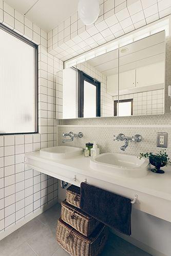 P デザインが異なる白タイルの合わせ技 ダブルシンクは朝の身支度時に便利そうです P ダブルシンク シンク 洗面