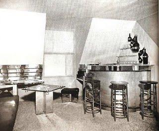 Bar sous le toit (Bar bajo el tejado). El enigmático título desafiaba lo convencional: el bar abandona la calle y se sitúa debajo del tejado, en una vivienda.