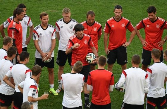 Germany's training session prior to the #FRAGER game. Courtesy @MarioGoetze