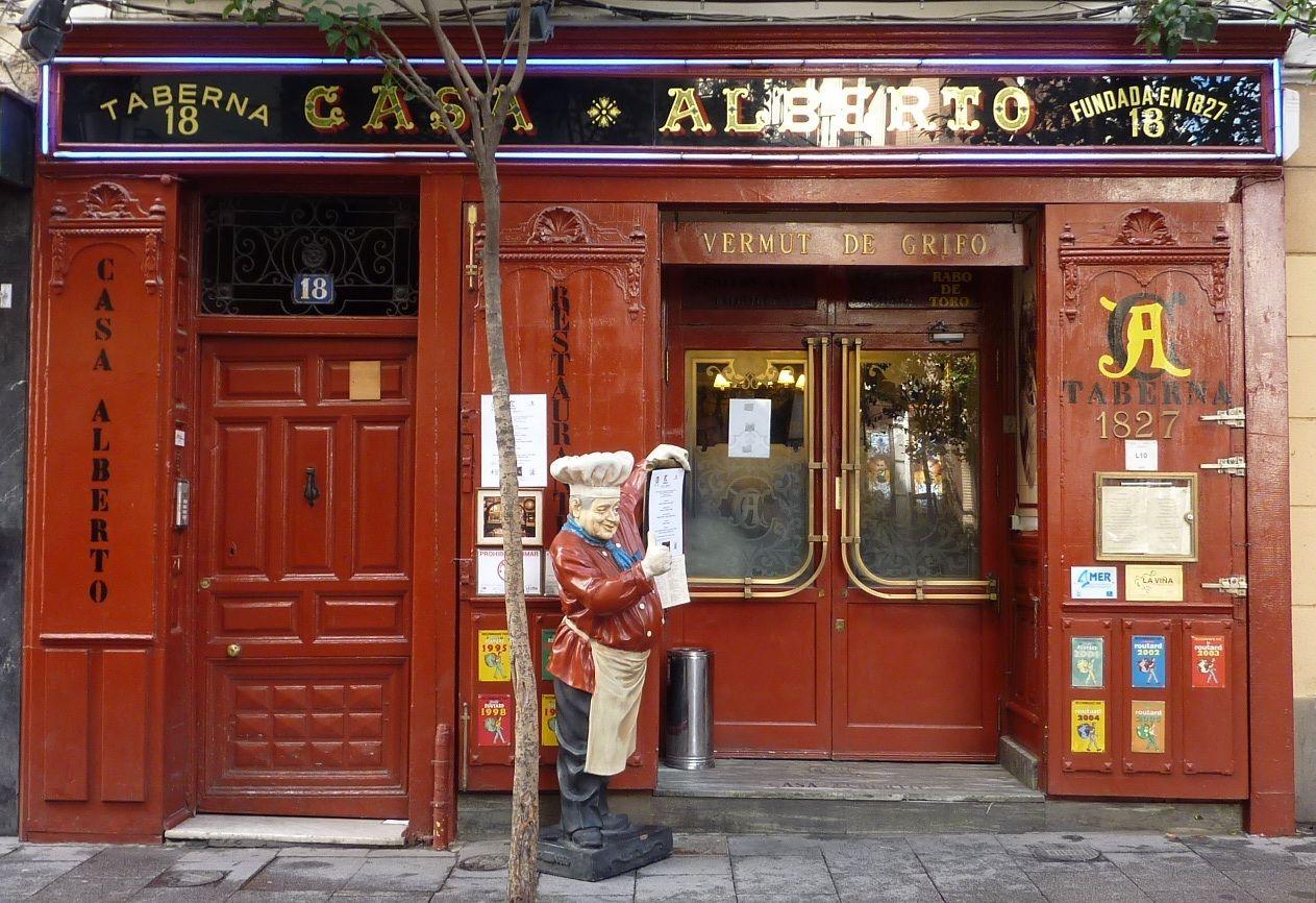 Casa Alberto Taberna Fundada En 1827 En El Mismo Edificio En El Que Miguel De Cervantes Vivió Entre 16 Tiendas Antiguas Restaurantes Madrid Fachadas De Tiendas