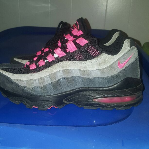 Youth size 5.5 nike airmax just needs to be cleaned no stains or rips